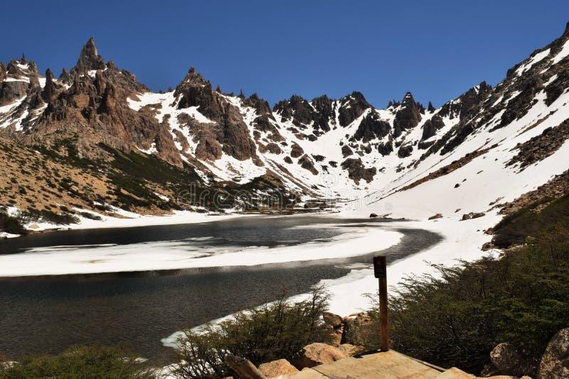 Озеро на Refugio Frey, Аргентине стоковые изображения rf