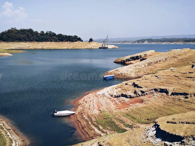 Озеро около гребли и сплавлять запруды стоковые фото