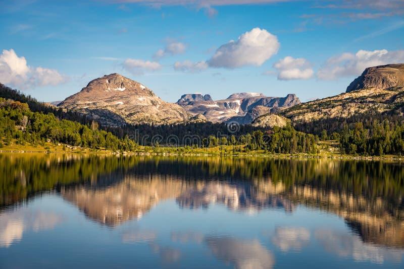 Озеро остров около пропуска Beartooth в Монтану стоковое фото rf