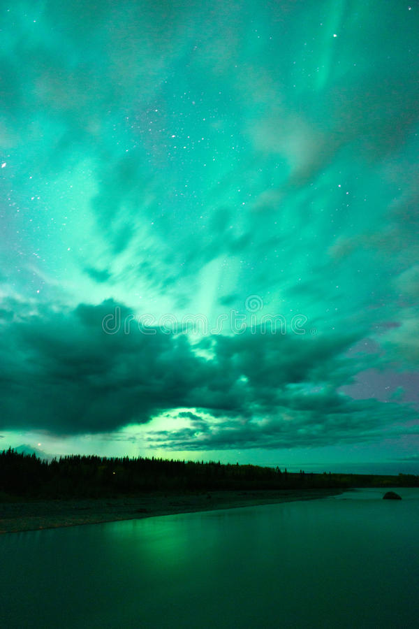 Озеро отражает северное сияние вытекая до Remote Аляска облаков стоковое изображение rf