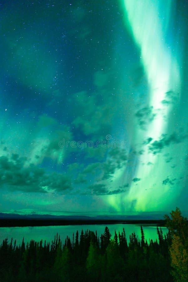 Озеро отражает северное сияние вытекая до Remote Аляска облаков стоковые изображения