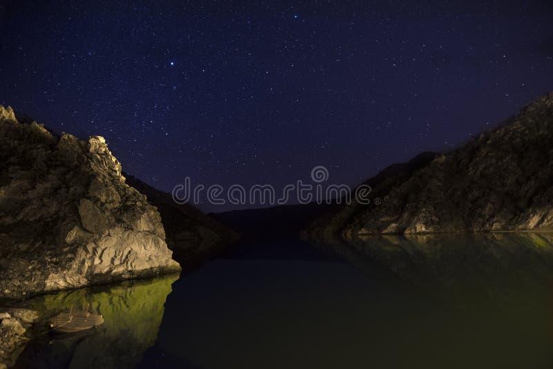 Озеро отражени под полным небом звезды стоковое изображение