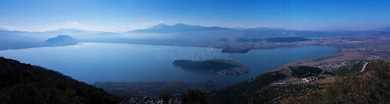 Озеро панорамы города Янины в утре Epirus Греции осени стоковое изображение rf