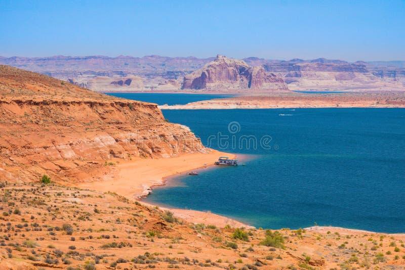 Озеро Пауэлл, красные горные породы окружая голубое озеро в пустыне Аризоны, Соединенных Штатов стоковое изображение rf