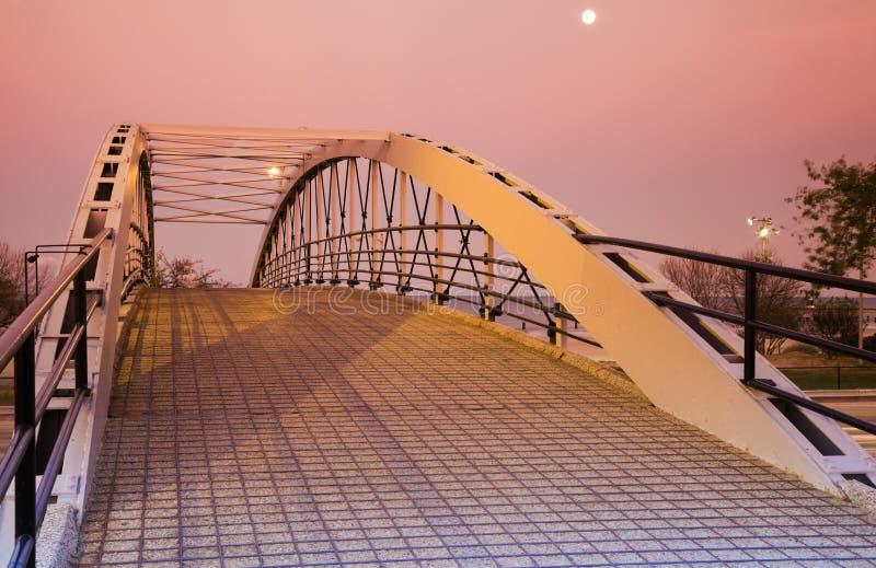 озеро привода моста над пешеходным берегом стоковая фотография