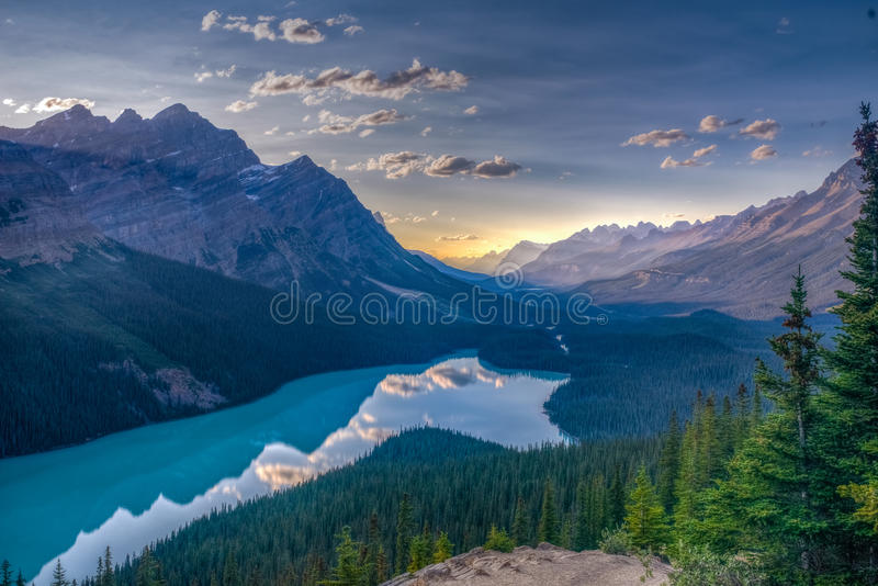 Озеро прямо прежде захода солнца - национальный парк Peyto яшмы - Канада стоковые фото