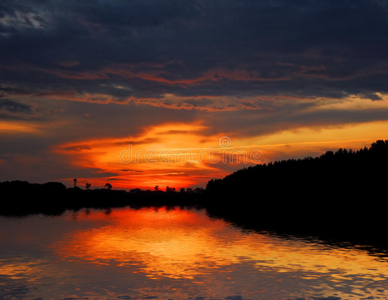 озеро пущи над красным небом стоковые изображения