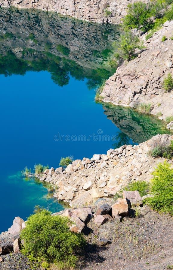 Озеро радон лета вместо затопленного карьера гранита, Mygia, Ukr стоковое фото