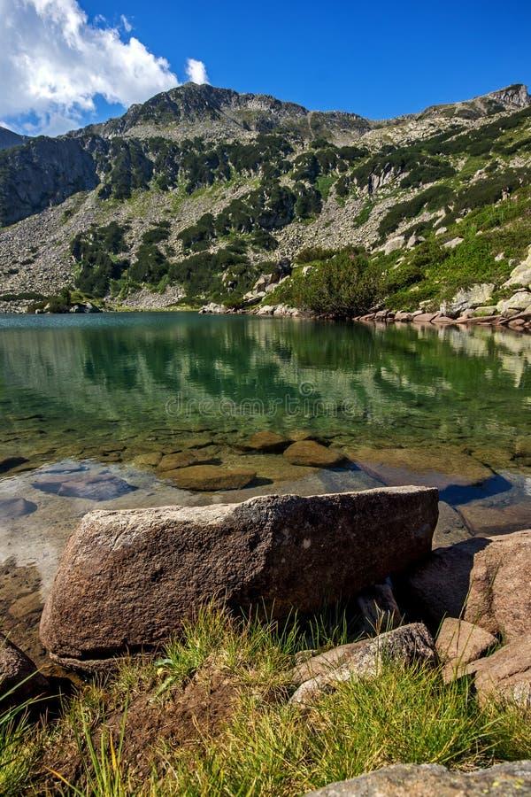 Озеро рыб Banderishko, гора Pirin стоковое изображение rf