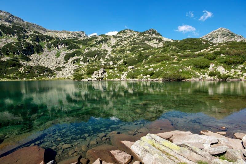Озеро рыб Banderishko, гора Pirin стоковые фотографии rf