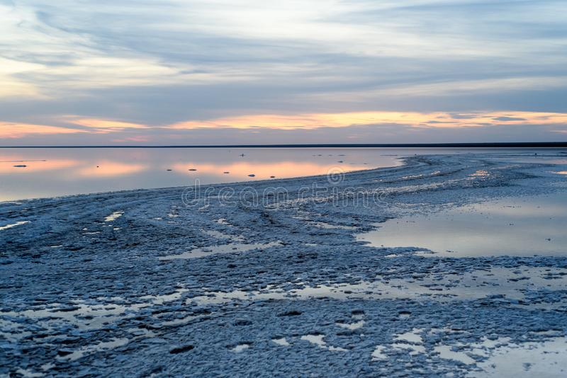 Озеро сол Выравнивать заход солнца с красивыми небом и водой стоковое фото rf