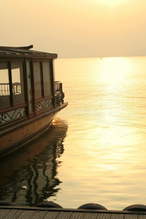 озеро состыкованное шлюпкой стоковые фотографии rf