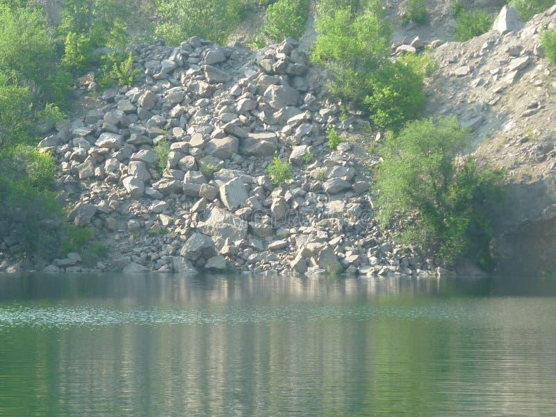 Озеро среди камней стоковая фотография rf