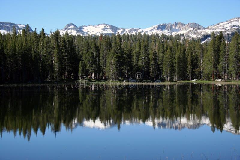 Озеро сьерра-невада красивое отражательное стоковые фото