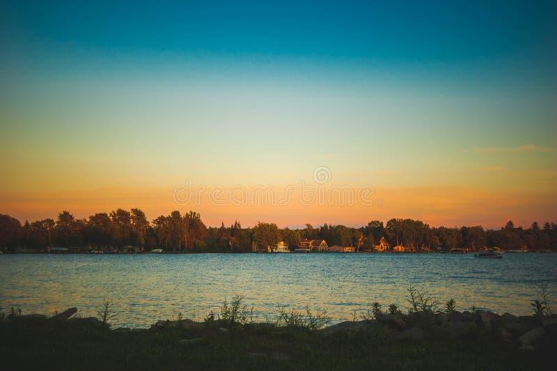 Озеро с взглядом стоковое изображение rf