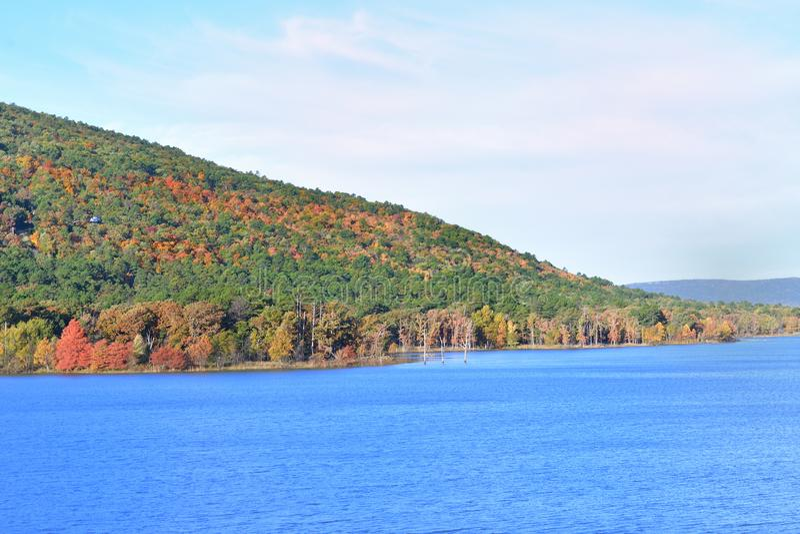 Озеро с дорогой горного склона стоковые фото