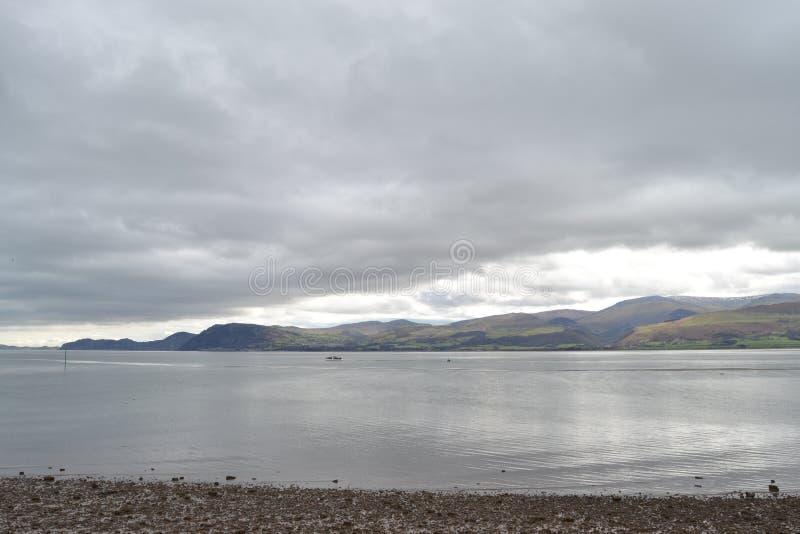 Озеро с унылым небом стоковая фотография rf