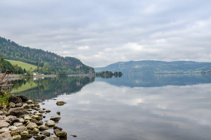 Download Озеро туманной горы стоковое изображение. изображение насчитывающей озеро - 81807965