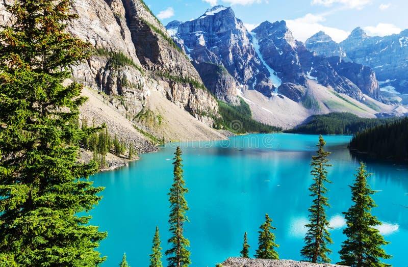 озеро alberta banff Канады обнаружило местонахождение парк морены louise национальный близкий стоковые фотографии rf