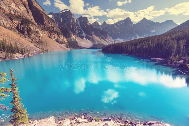 озеро alberta banff Канады обнаружило местонахождение парк морены louise национальный близкий стоковое фото rf