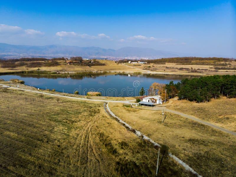 Озеро Aleksandrovac в южном виде с воздуха Сербии стоковое фото