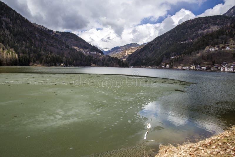 Озеро Alleghe Утро на озере Alleghe, Dolomities, Италии Наследие мира ЮНЕСКО естественное, Беллуно, Италия стоковые фотографии rf