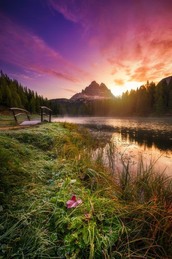 Озеро Antorno с известным moun Tre Cime di Lavaredo Drei Zinnen стоковые изображения