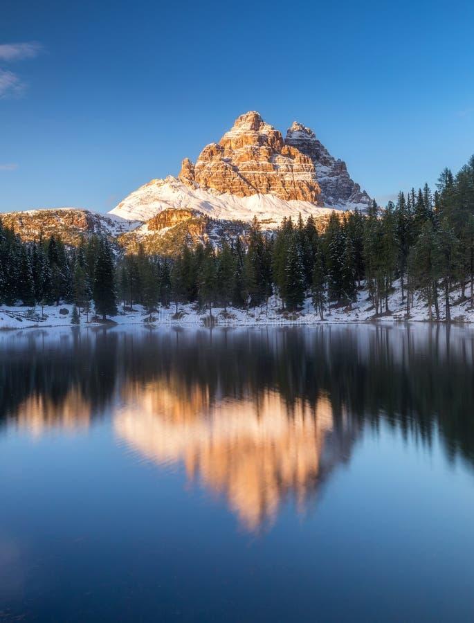 Озеро Antorno с известным moun Tre Cime di Lavaredo Drei Zinnen стоковые фото