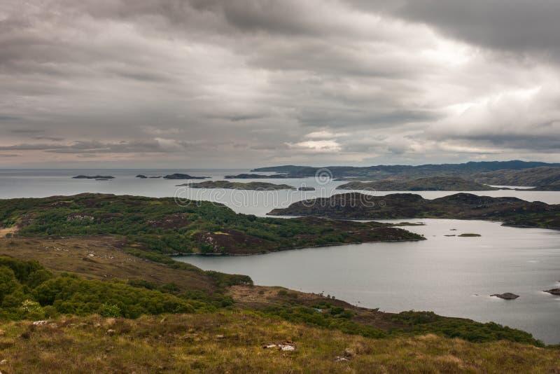 Озеро Ardhair и Атлантический океан, Шотландия стоковые изображения