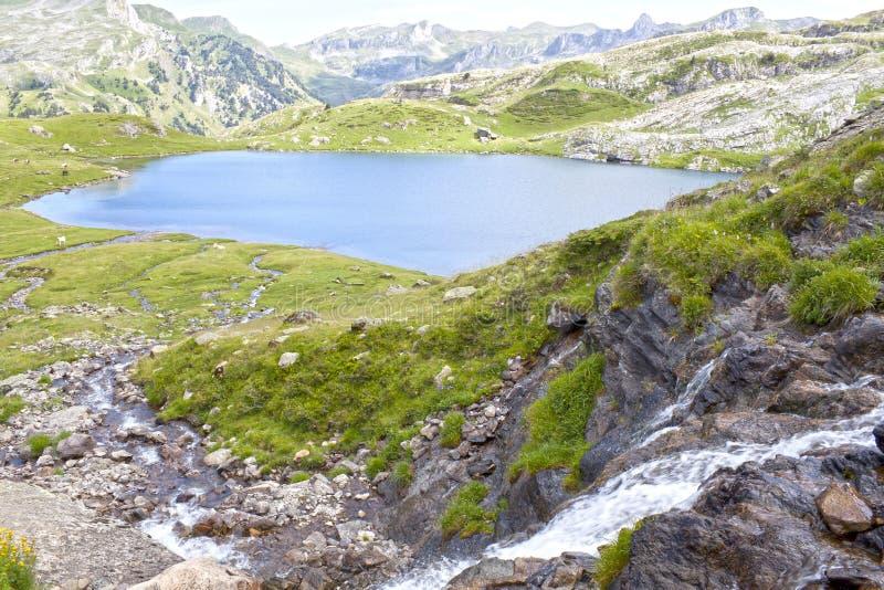 Озеро Ayous и водопад в лете в Пиренеи стоковые фото