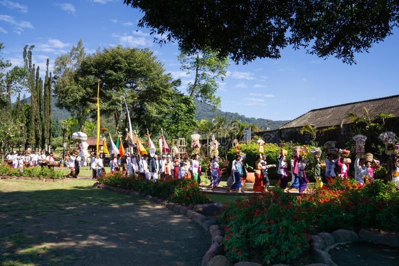 Озеро Beratan, Бали/Индонезия - 18-ОЕ ИЮЛЯ 2017: Индусские люди проводят церемонию melasti на крае beratan озера внутри стоковые изображения rf