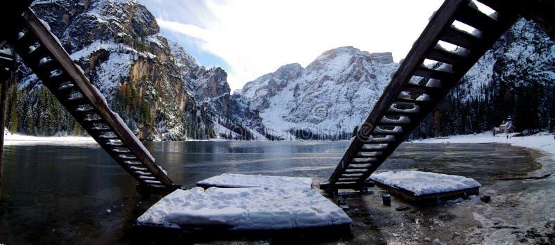 Озеро Braies обрамленное лестницами shelt шлюпки озера горы стоковое фото