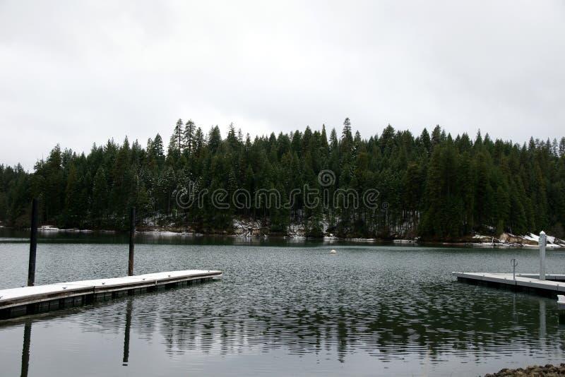 Озеро Britton, McArthur-Burney падает мемориальный парк штата, Калифорния, США стоковые изображения rf