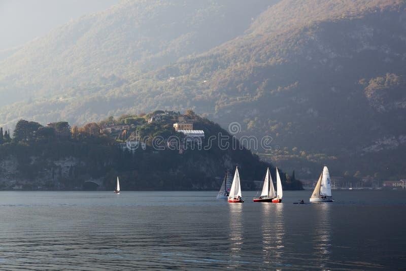 ОЗЕРО COMO, ITALY/EUROPE - 29-ОЕ ОКТЯБРЯ: Плавать на озере Como Lecc стоковая фотография rf