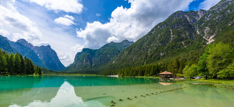 Озеро Dobbiaco (Toblacher видит, Lago di Dobbiaco) в доломите Альп, южном Tirol, Италии - назначении перемещения в Европе стоковые изображения rf