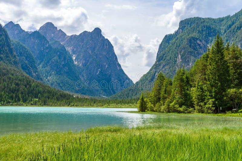Озеро Dobbiaco (Toblacher видит, Lago di Dobbiaco) в доломите Альп, южном Tirol, Италии - назначении перемещения в Европе стоковые изображения