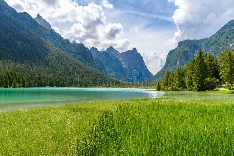 Озеро Dobbiaco (Toblacher видит, Lago di Dobbiaco) в доломите Альп, южном Tirol, Италии - назначении перемещения в Европе стоковая фотография