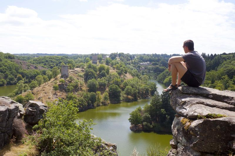 Озеро Eguzon видит от человека в максимуме стоковое изображение