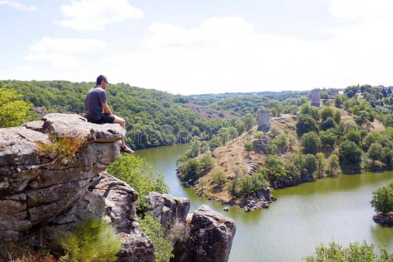 Озеро Eguzon видит от человека сидеть в максимуме стоковое фото rf