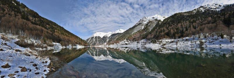 Озеро Fabreges панорамы зимы в долине Ossau в французе Пиренеи стоковое изображение rf