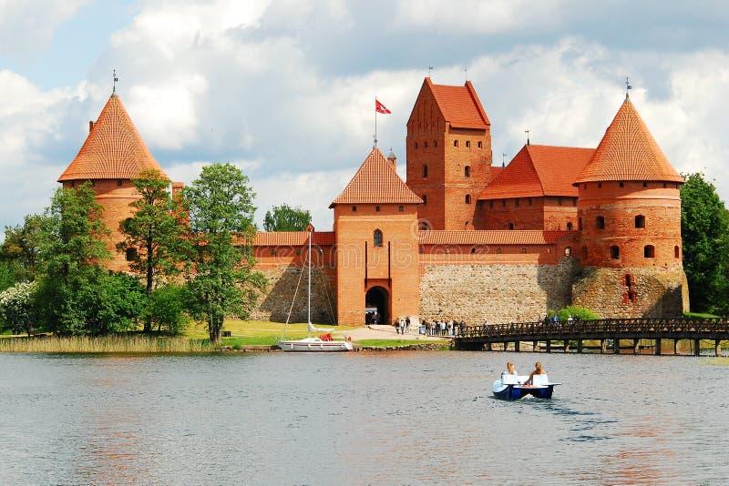 Озеро Galves, кирпичи Trakai старые красные рокирует взгляд стоковые фото