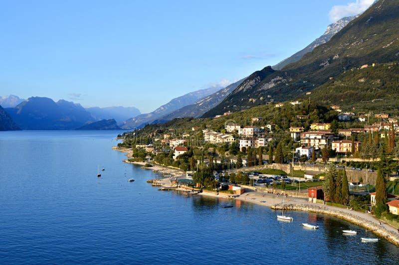 Озеро Garda и горы осмотренные от Malcesine стоковые фотографии rf