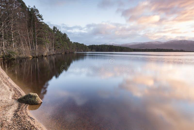 Озеро Garten и вечер заволакивают в гористые местности Шотландии стоковое изображение rf