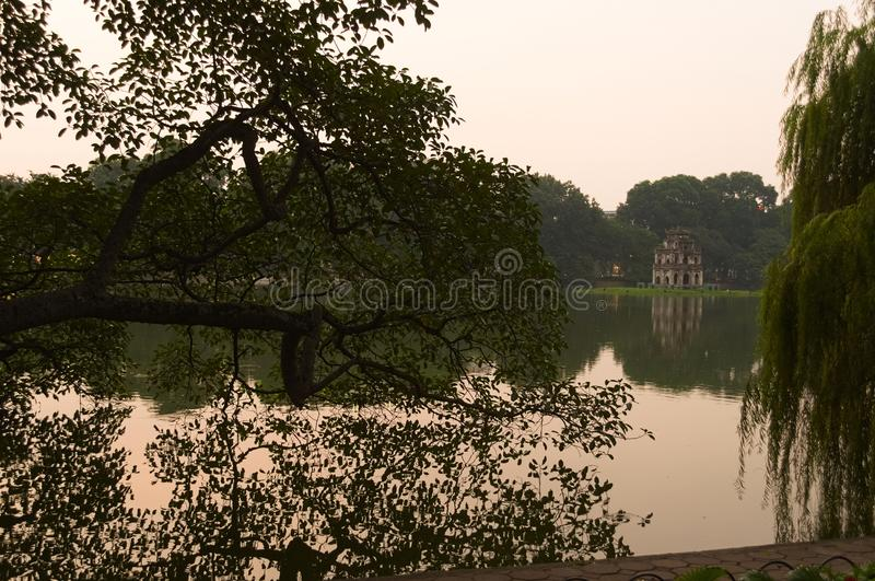 Озеро Hoan Kiem на заходе солнца стоковое фото