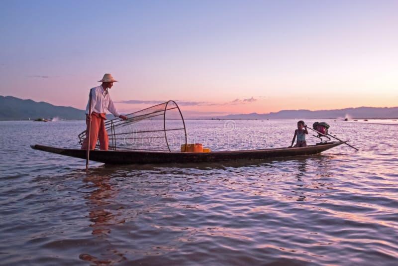 ОЗЕРО INLE, МЬЯНМА - 22-ОЕ НОЯБРЯ 2015: Рыболов с его сыном f стоковые фото