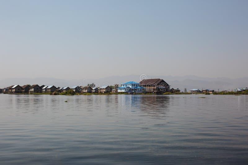 Озеро Inle, Мьянма: 25-ОЕ ФЕВРАЛЯ 2014: Деревянные дома ходулей на кучах i стоковое фото rf