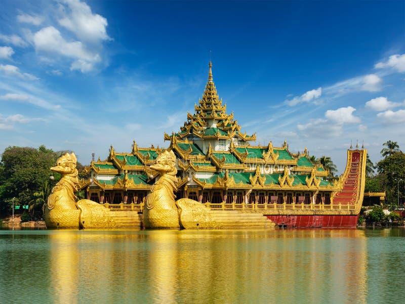 Озеро Karaweik Kandawgyi, Янгон, Мьянма стоковое изображение rf