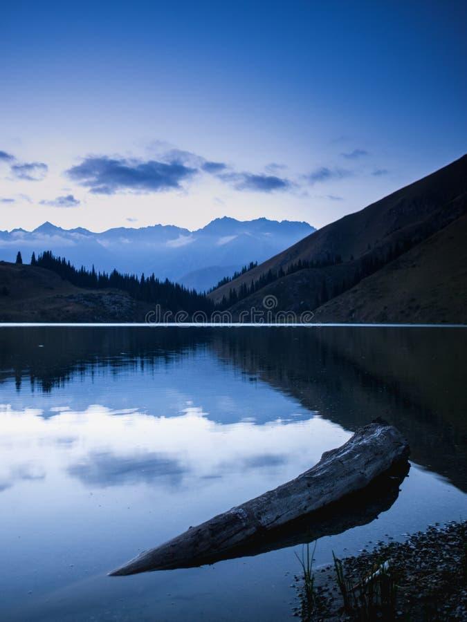 Озеро Kel Kogur на голубом часе стоковые изображения rf