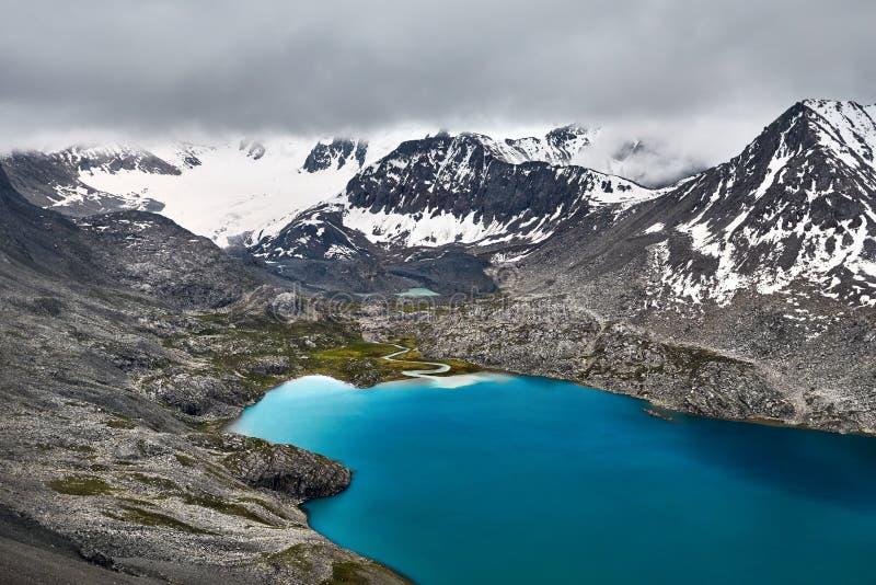 Озеро Kul алы в Кыргызстане стоковые фотографии rf