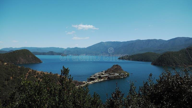 Озеро Lugu с полуостровом Lige стоковая фотография rf